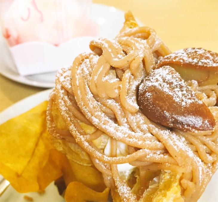 モンブラン「栗ぞう(525円)」は、シュー生地と栗のクリーム、カスタードクリームを何層にも重ねてつくったボリューム満点の一品