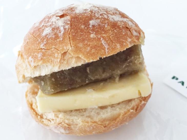 フランスパンの間にペースト状の栗と、濃厚なバターがサンド
